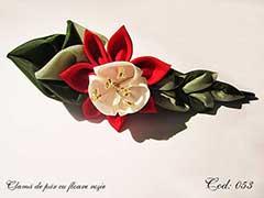 Clama de par cu floare rosie